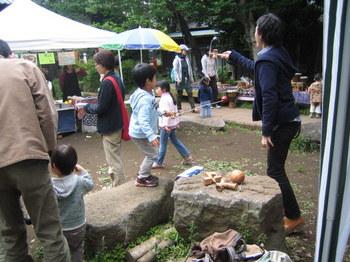 庭やけん玉で遊ぶ子ら-s.JPG